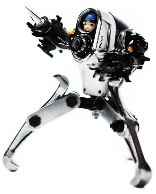 creative use of old electronics Incredible Robot Sculptures Made from Old Electronic Parts