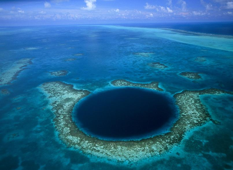 lighthouse-reef-belize-great-blue-hole-in-ocean