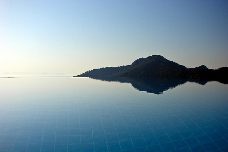 brilliant reflection infinity pool 25 Stunning Infinity Pools Around the World