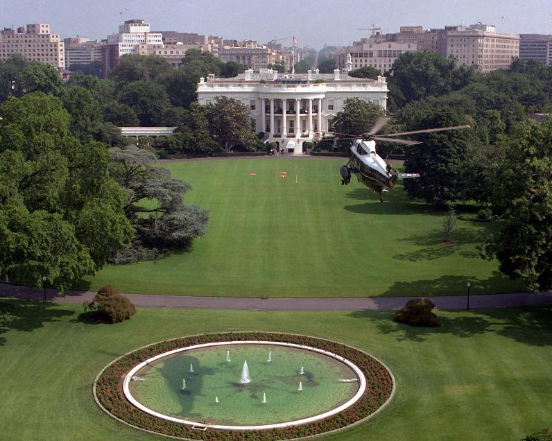 helicopter-landing-on-white-house-lawn