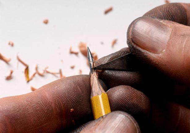 carving a lead pencil tip The Most Incredible Miniature Pencil Art [20 pics]