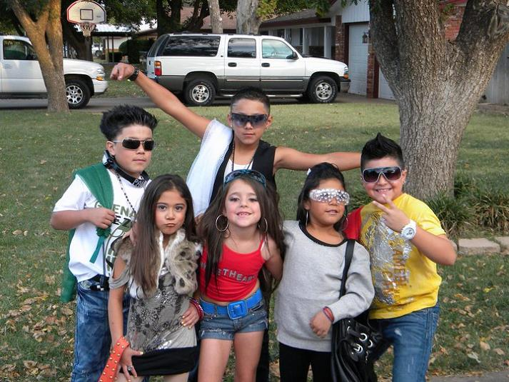 jersey shore kids funny halloween costume 15 Awesome Front Yard Halloween Displays
