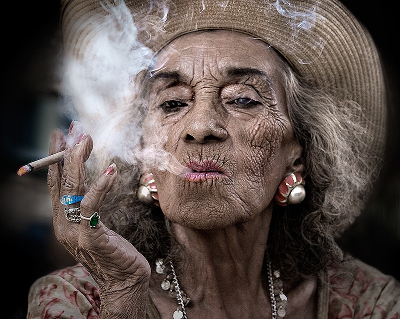 old woman smoking sandy powers Picture of the Day: Every Picture Tells a Story   Nov 30, 2010