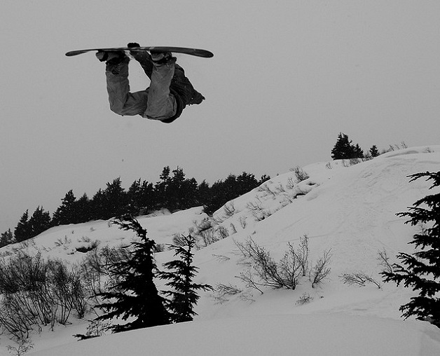 method grab snowboard The 5 Essential Snowboard Grabs [20 Pics]