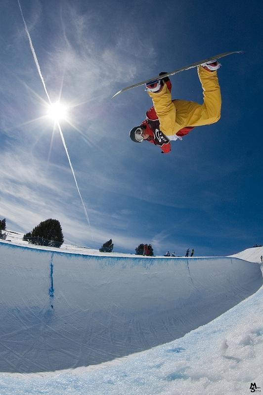 method grab snowboarding The 5 Essential Snowboard Grabs [20 Pics]