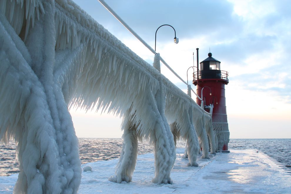 south-haven-michigan-frozen-lighthouse