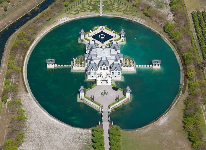 charles sieger castle mansion moat miami 20 Impressive Moats Around the World