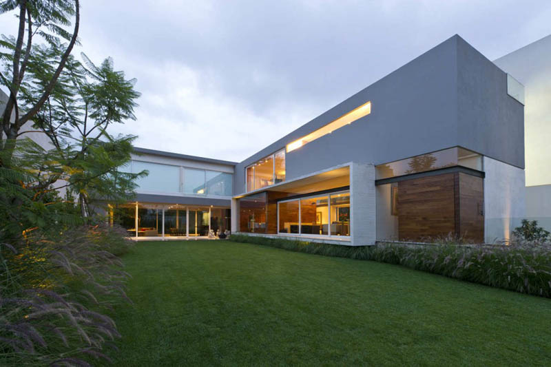 Gorgeous inward facing home in mexico city 30 pics for Gorgeous modern homes