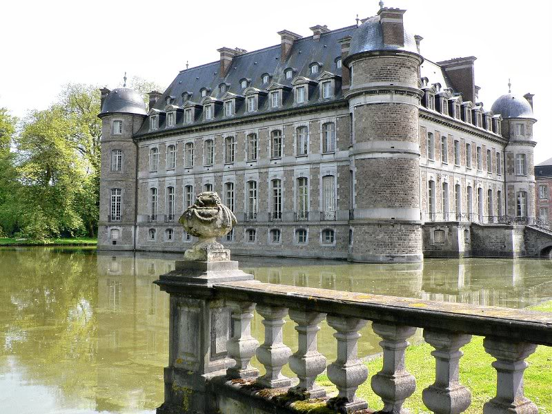 beloeil castle belgium moat 20 Impressive Moats Around the World