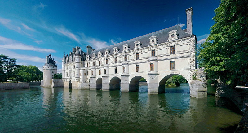chateau de chenonceau france 20 Impressive Moats Around the World