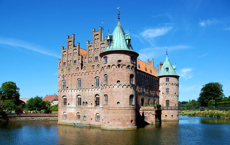 egeskov castle moat surrounded by water 20 Impressive Moats Around the World