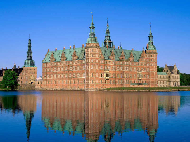 frederiksborg castle hillerod denmark moat surrounded by water 20 Impressive Moats Around the World