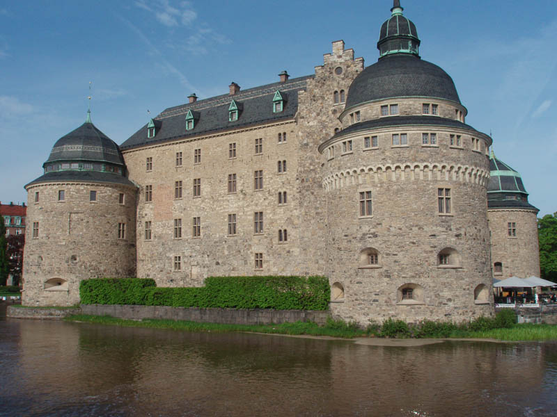 oerebro castle sweden moat surrounded by water 20 Impressive Moats Around the World