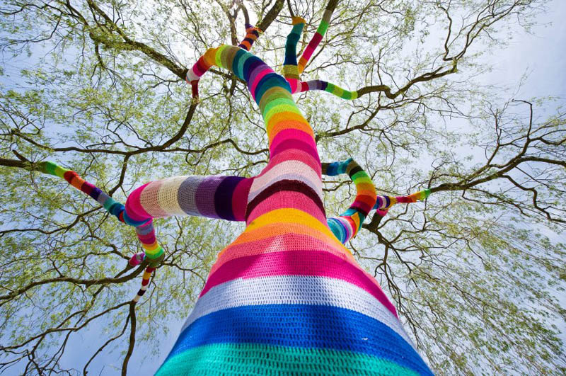 yarn bombing tree guerilla knitting yarnstorming graffiti knitting The Top 50 Pictures of the Day for 2011