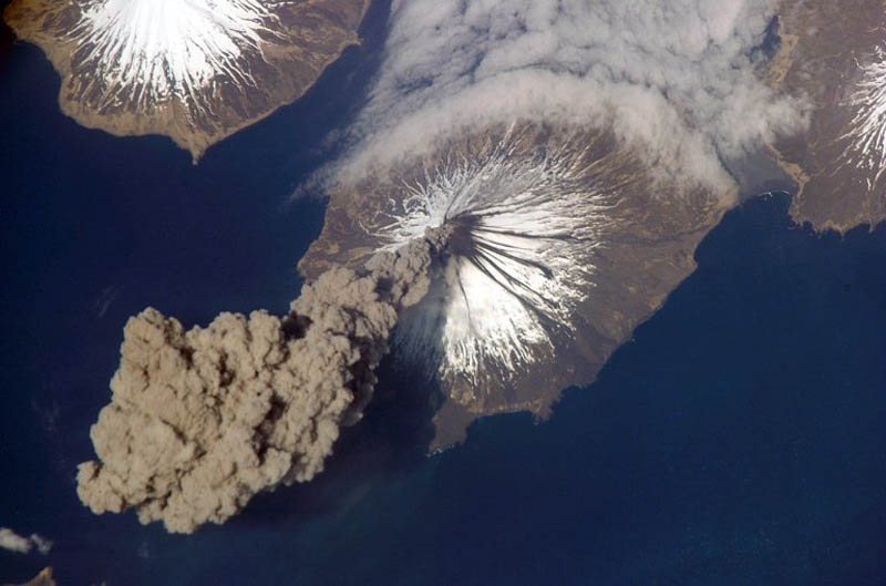 ash plume from cleveland volcano 30 Incredible Photos of Volcanic Eruptions