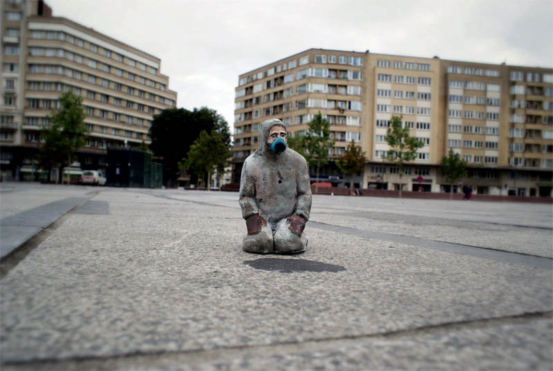 cement miniature sculptures artist isaac cordal 19 Cleverly Placed Miniature Cement Sculptures by Isaac Cordal