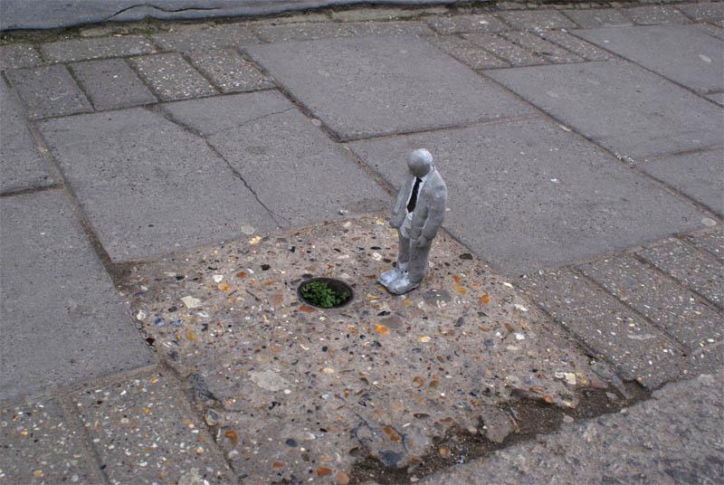 cement miniature sculptures artist isaac cordal 2 Cleverly Placed Miniature Cement Sculptures by Isaac Cordal