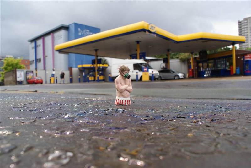 cement miniature sculptures artist isaac cordal 7 Cleverly Placed Miniature Cement Sculptures by Isaac Cordal