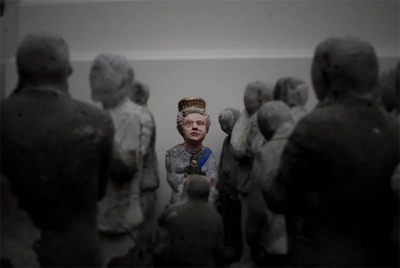cement miniature sculptures artist isaac cordal 8 Cleverly Placed Miniature Cement Sculptures by Isaac Cordal