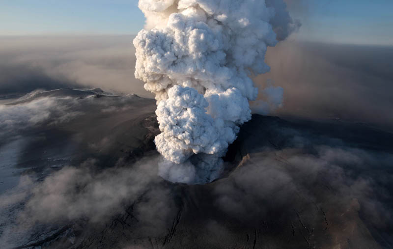 eyjafjallajokul iceland volcano eruption smoke plume 2010 30 Incredible Photos of Volcanic Eruptions