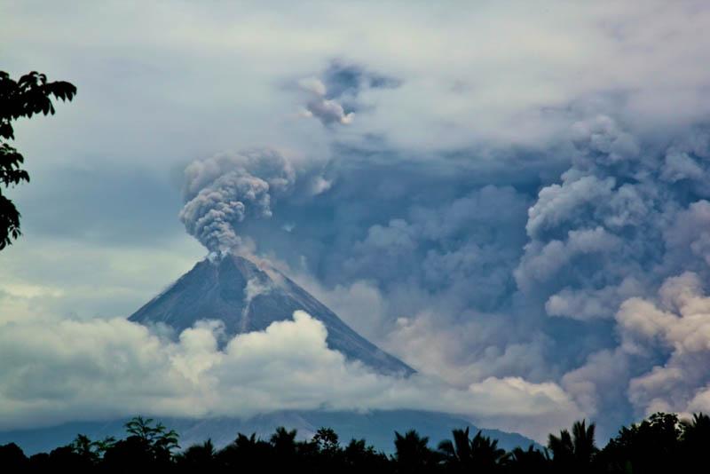 mount merapi volcanic eruption 2010 30 Incredible Photos of Volcanic Eruptions