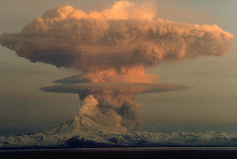 mount redoubt volcano eruption on april 21 1990 alaska 30 Incredible Photos of Volcanic Eruptions