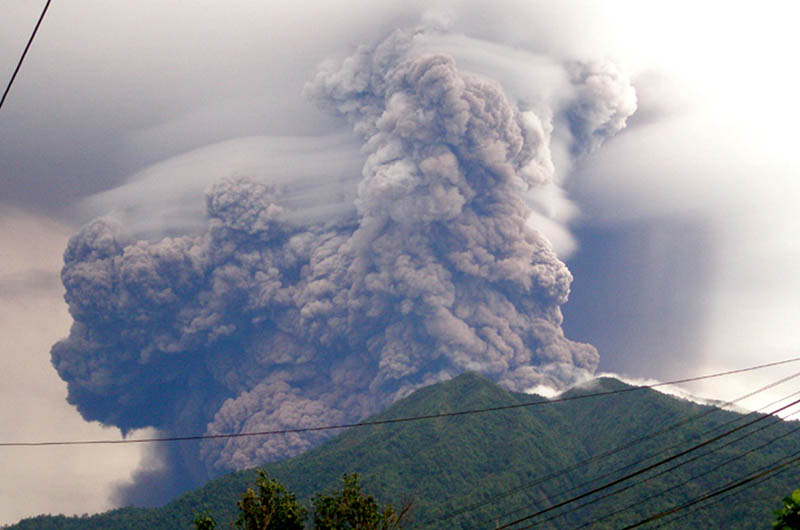 mount soputan voalcno eruption plume cloud smoke 2008 30 Incredible Photos of Volcanic Eruptions