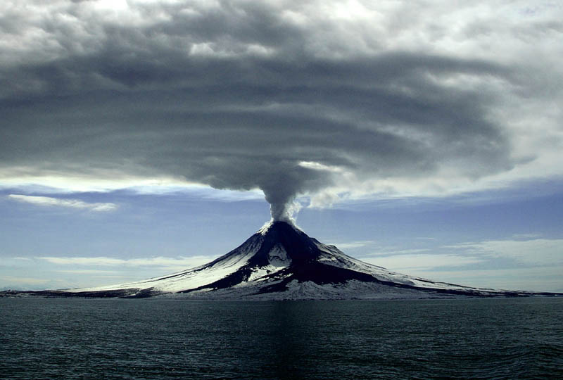 mt augustine alaska 2006 volcanic eruption 30 Incredible Photos of Volcanic Eruptions
