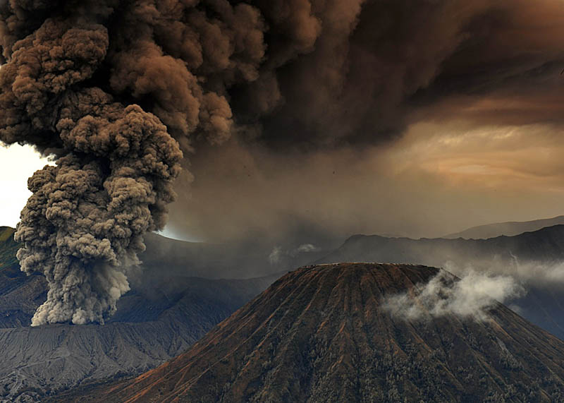 mt bromo eruption and mt batok east java indonesia 30 Incredible Photos of Volcanic Eruptions