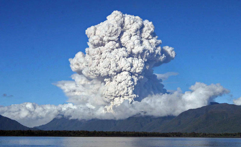 plume of ashes cloud chaiten volcano eruption 2008 30 Incredible Photos of Volcanic Eruptions