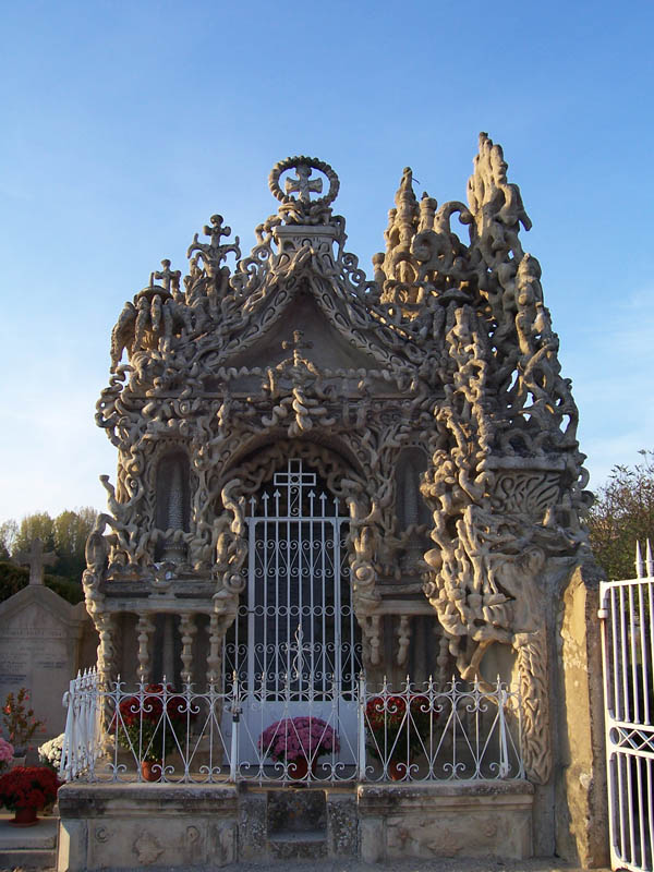 tomb grave of ferdinand cheval Postman Spends 33 Years Building Palace by Hand [25 pics]
