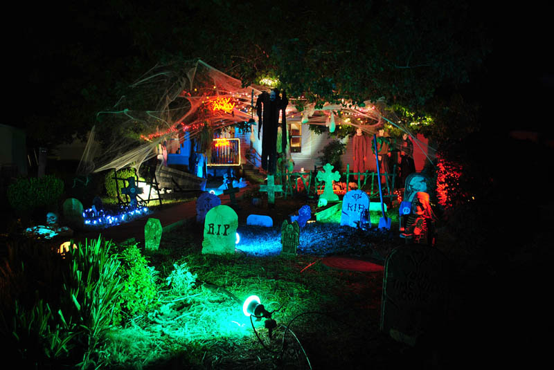 15 awesome front yard halloween displays twistedsifter for Decoration jardin halloween