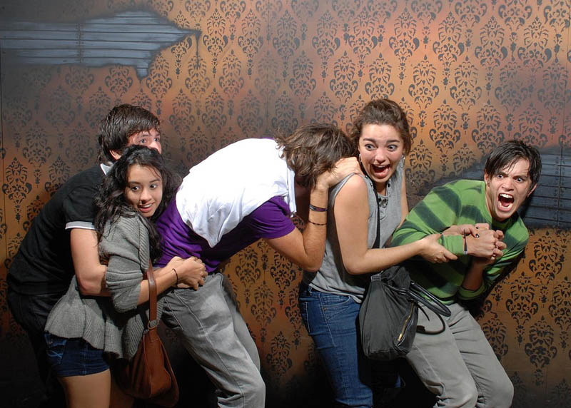 terrified people at nightmares fear factory 16 21 Hilarious Pics of Terrified People at Nightmares Fear Factory