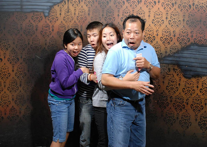 terrified people at nightmares fear factory 17 21 Hilarious Pics of Terrified People at Nightmares Fear Factory