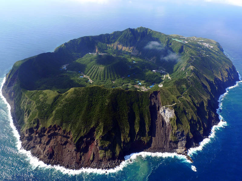 aogoshima island volcano Picture of the Day: The Inhabited Volcanic Island of Aogashima