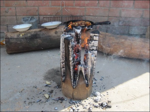 Como hacer fuego para cocinar en un simple tronco - Friki.net