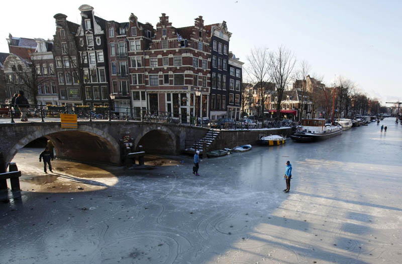 Ice Skating The Famous Canals Of Amsterdam 171 Twistedsifter