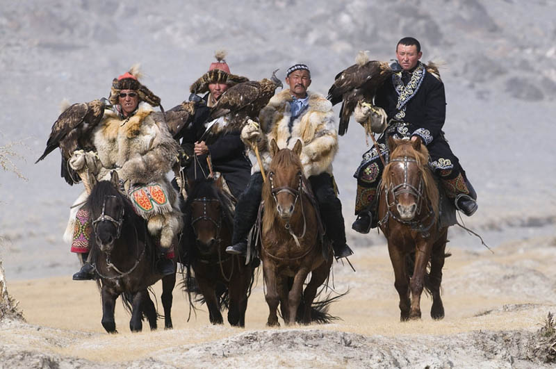 nomads hunting with golden eagles in mongolia Picture of the Day: Nomads Hunting with Golden Eagles in Mongolia