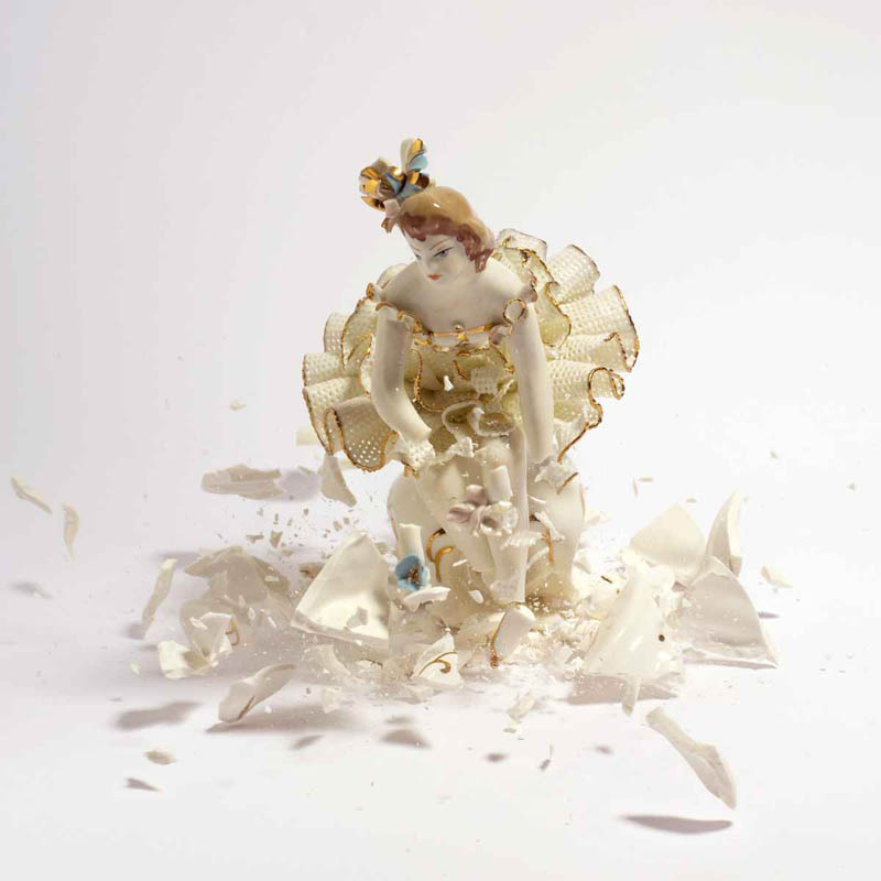 porcelain figures high speed photography as they smash drop to ground shatter klimas 6 Porcelain Metamorphosis by Martin Klimas