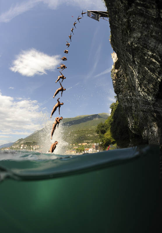 25 jaw dropping photos from the red bull cliff diving - The cliff dive ...