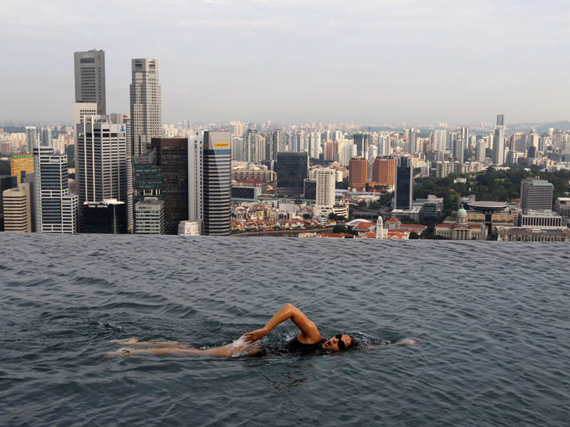The infinity pool in the sky twistedsifter - Marina bay singapore pool ...