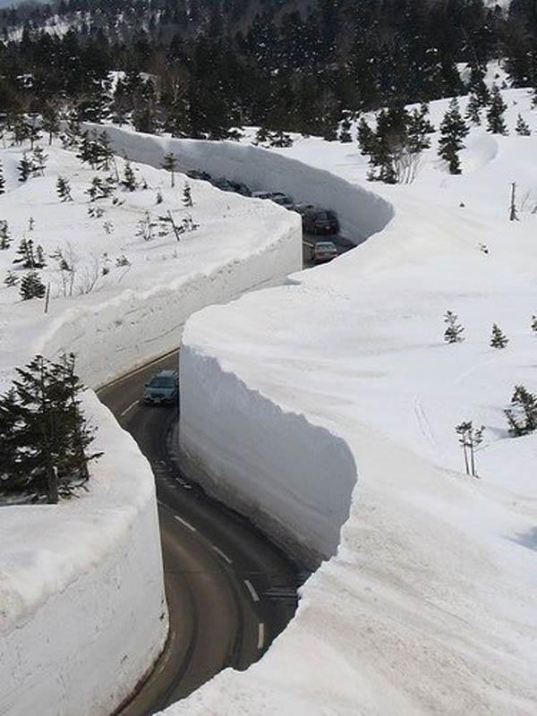tateyama kurobe alpine route snow corridor 20 meters 65 ft walls 4 The 65 Foot (20m) Snow Corridor in Japan