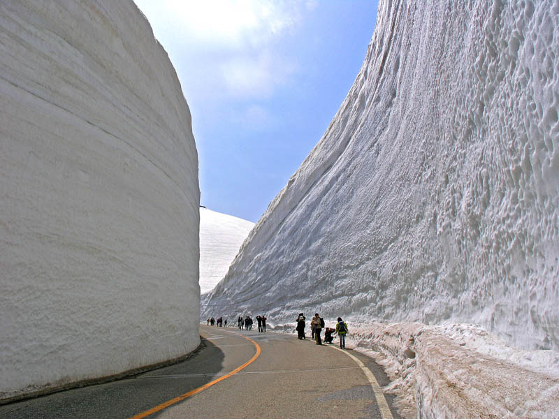 tateyama kurobe alpine route snow corridor 20 meters 65 ft walls 5 Snow Falls in Cairo for the First Time in 112 Years