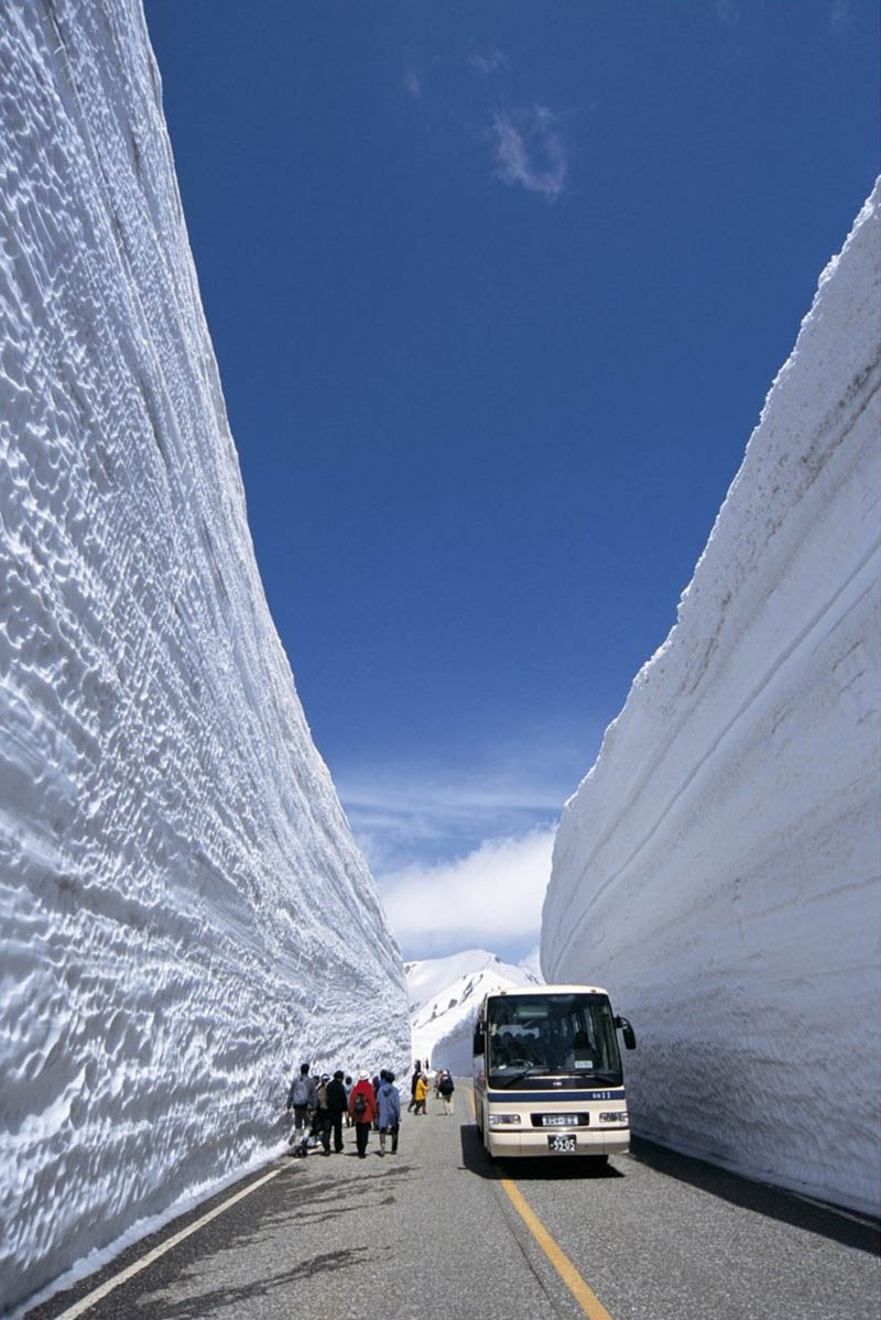 tateyama kurobe alpine route snow corridor 20 meters 65 ft walls 8 The 65 Foot (20m) Snow Corridor in Japan