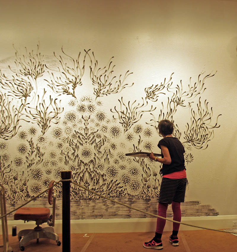 large charcoal mural judith ann braun 8 Massive Mural Drawn Live Using Only Hands and Charcoal