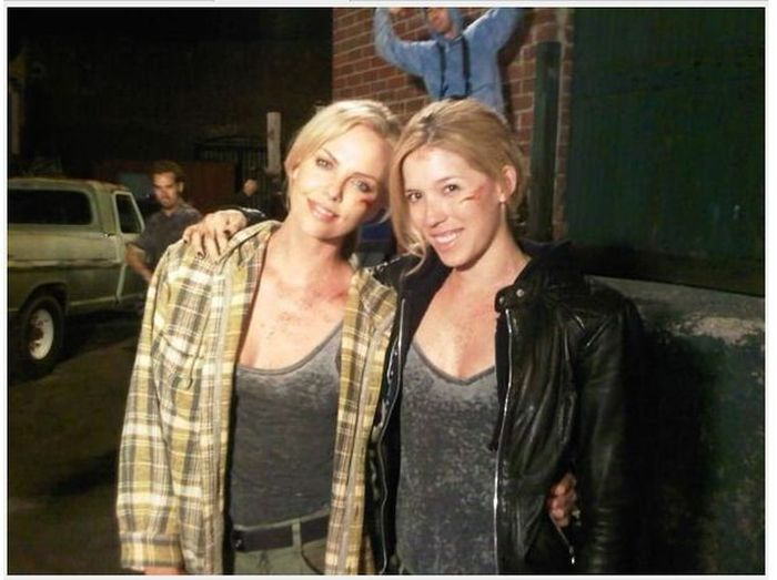 charlize theron and stuntwoman alicia vela bailey 30 Actors Posing With Their Stunt Doubles