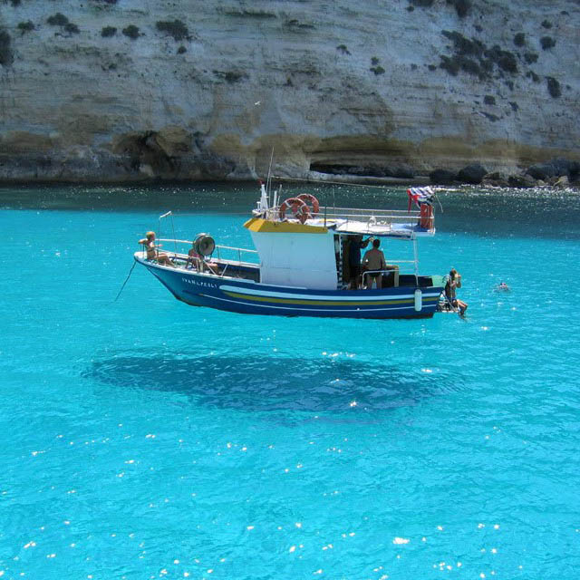 hover boat shadow illusion 12 Optical Illusions Made from Shadows
