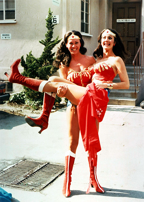 jeannie epper lynda carter 30 Actors Posing With Their Stunt Doubles