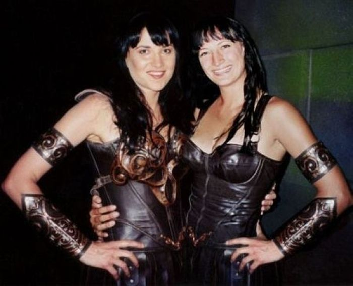lucy lawless zoe bell 30 Actors Posing With Their Stunt Doubles
