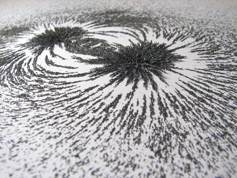visualizing magnetic fields with iron filings 1 10 Photos to Help You Visualize Magnetic Fields